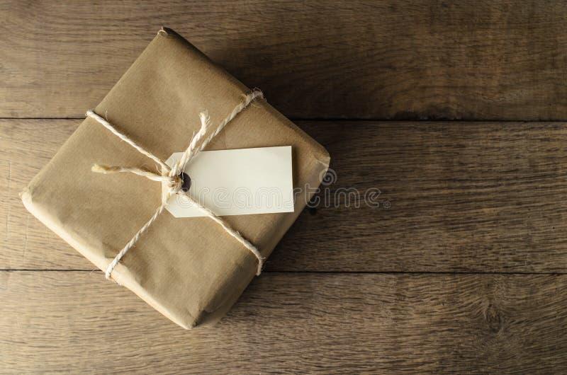 Colis de papier de Brown attaché avec de la ficelle et le label vide photographie stock libre de droits