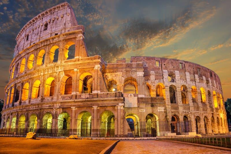 Coliseo enlighted en la salida del sol, Roma, Italia, ninguna persona fotografía de archivo libre de regalías