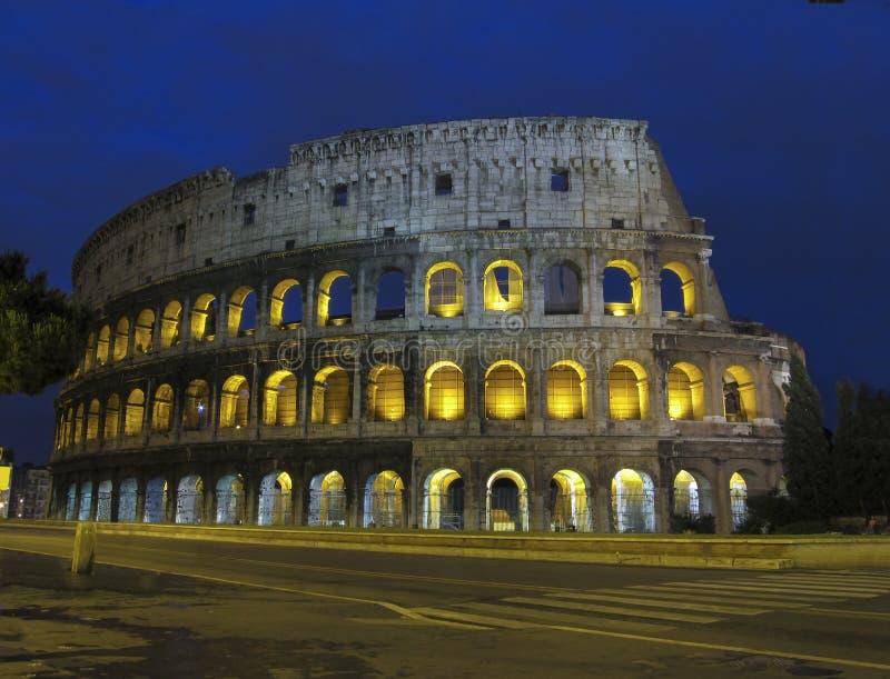 Coliseo por noche en Roma fotografía de archivo libre de regalías