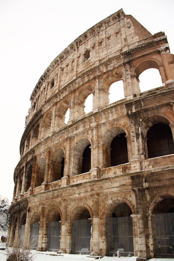 Coliseum die door sneeuw wordt behandeld royalty-vrije stock afbeelding