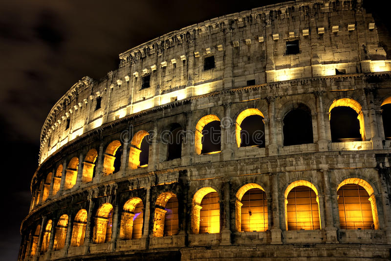 coliseum exponerad natt rome arkivbild