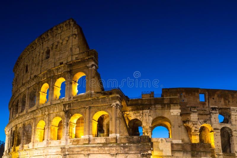 Coliseum under den blåa timmen royaltyfria foton