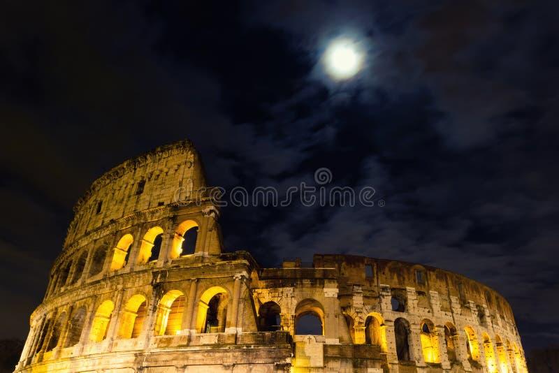 Coliseumen under fullmånen arkivbilder