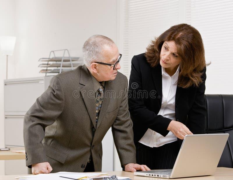 Collègue écoutant le superviseur photo libre de droits