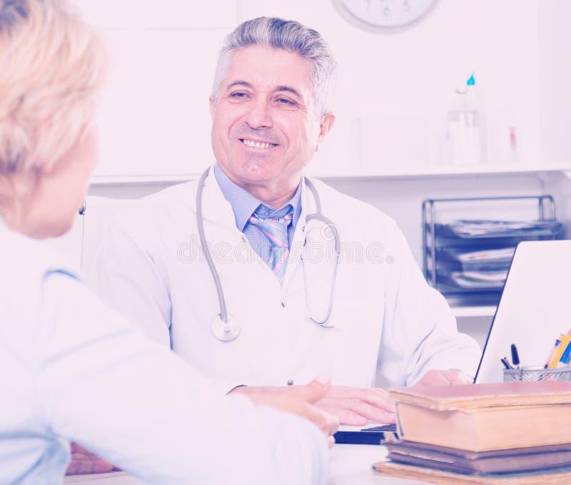 Collègue de formation de professeur de médecine image stock