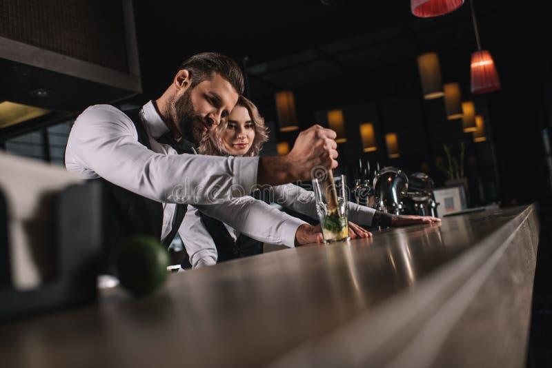 collègue masculin d'apparence de barman comment préparer la boisson photographie stock libre de droits