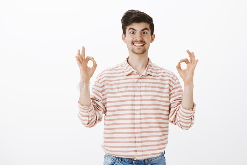 Collègue utile prêt à aider Portrait d'homme européen amical énergique avec la moustache, soulevant des mains et la représentatio image stock