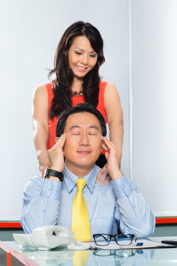Collègues asiatiques ayant l'affaire de bureau image stock