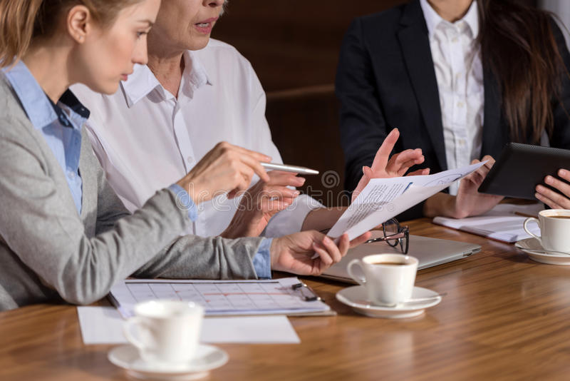 Collègues concentrés discutant le rapport dans un bureau image stock