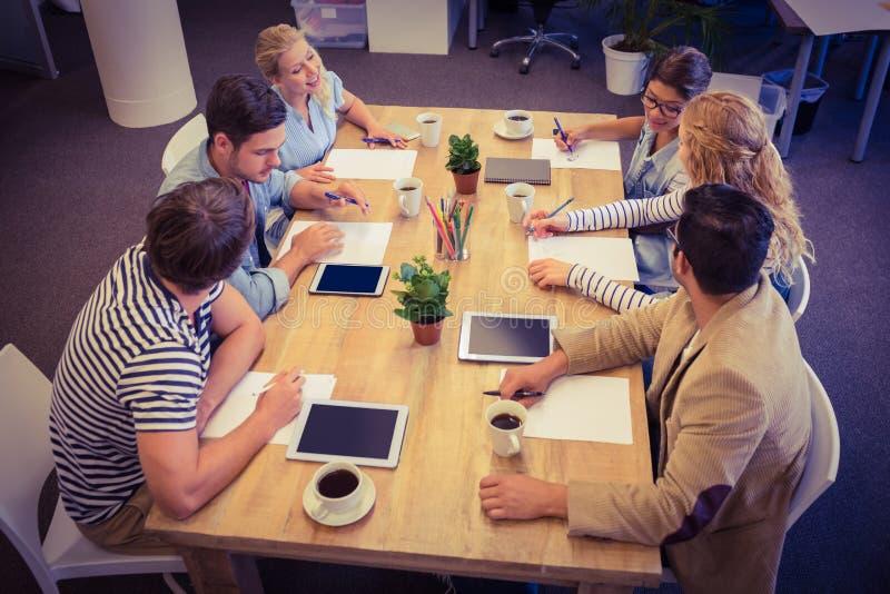 Collègues créatifs avec l'ordinateur portable et le comprimé numérique images libres de droits