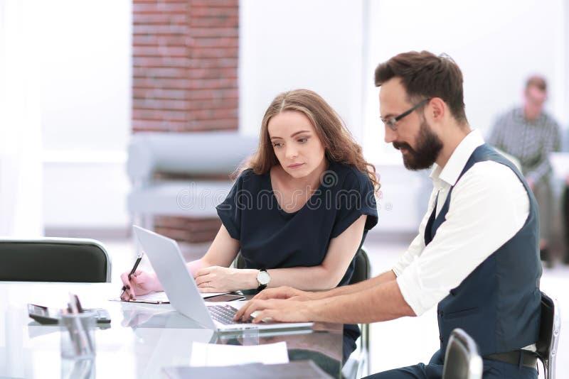collègues d'affaires à l'aide d'un ordinateur portable dans le lieu de travail photos libres de droits