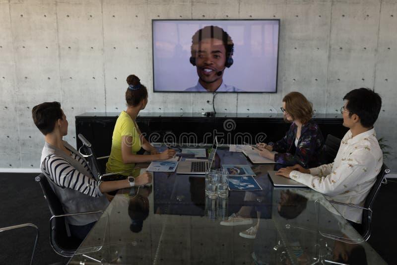 Collègues d'affaires assistant à un appel visuel dans une salle de conférence images stock