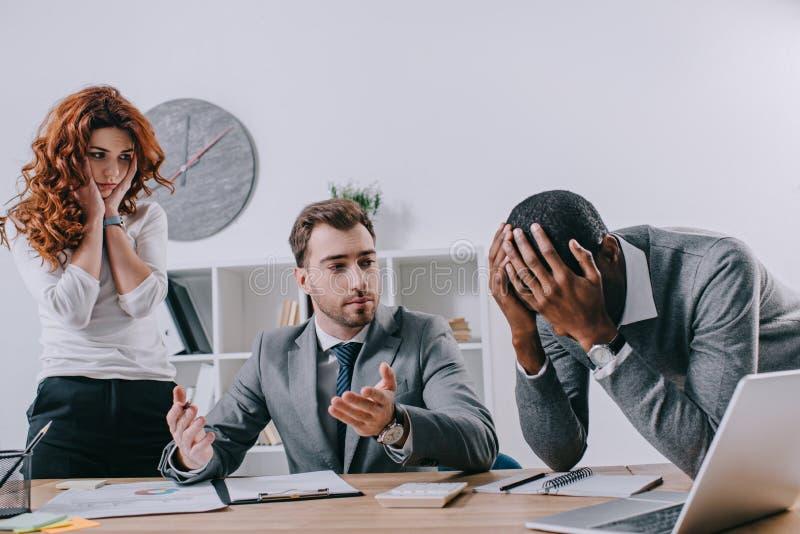 Collègues d'affaires de renversement et conseiller financier images stock