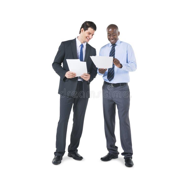 Collègues d'affaires discutant au sujet des documents photos stock