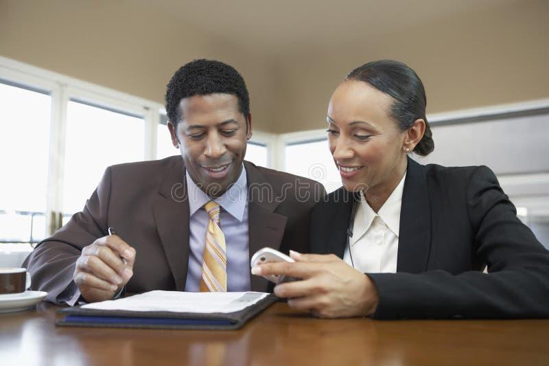 Collègues d'affaires lisant le document image stock