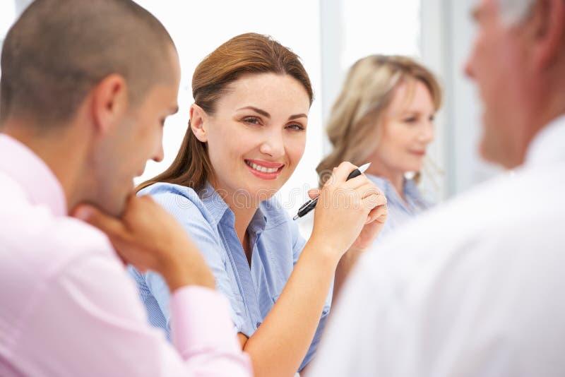 Collègues d'affaires lors du contact photo libre de droits
