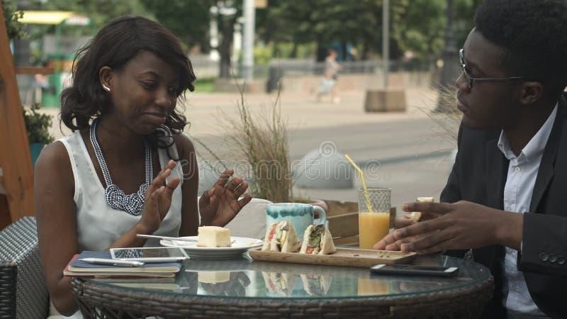Collègues d'affaires mangeant le repas ensemble et discutant le travail photographie stock libre de droits