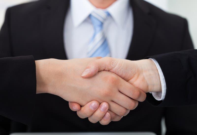Collègues d'affaires se serrant la main photos libres de droits