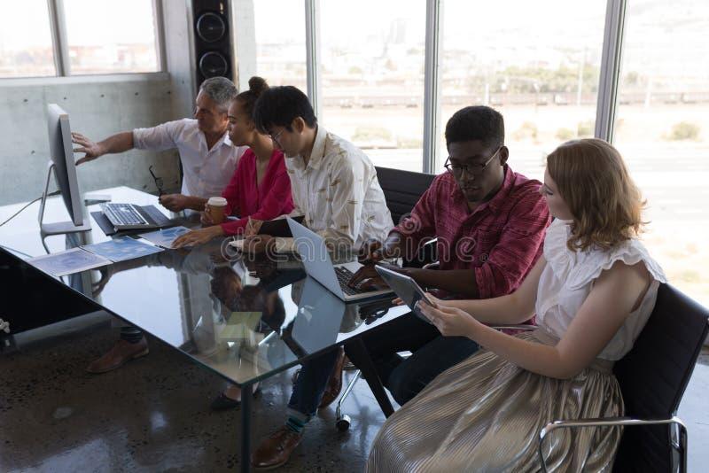 Collègues d'affaires travaillant ensemble dans le bureau photos libres de droits