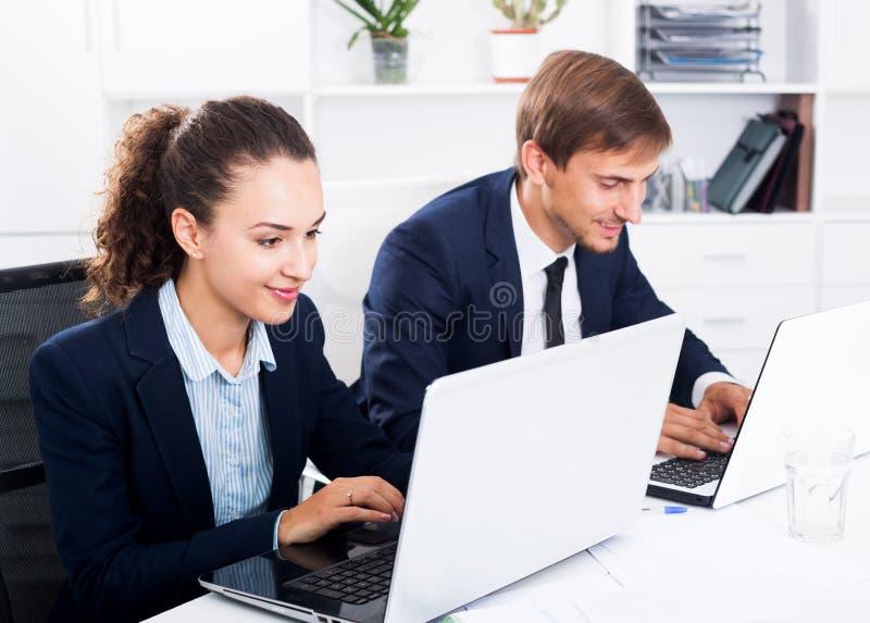 Download Collègues D'homme Et De Femme Travaillant Sur Des Ordinateurs Image stock - Image du contrat, accord: 76082227