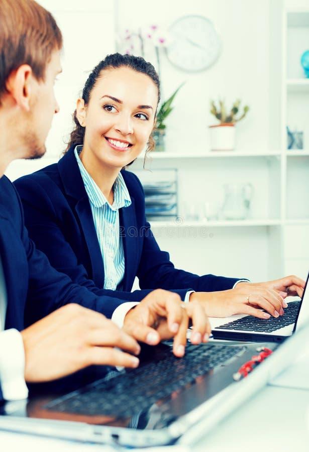 Download Collègues D'homme Et De Femme Travaillant Sur Des Ordinateurs Image stock - Image du corporate, conduite: 76082249