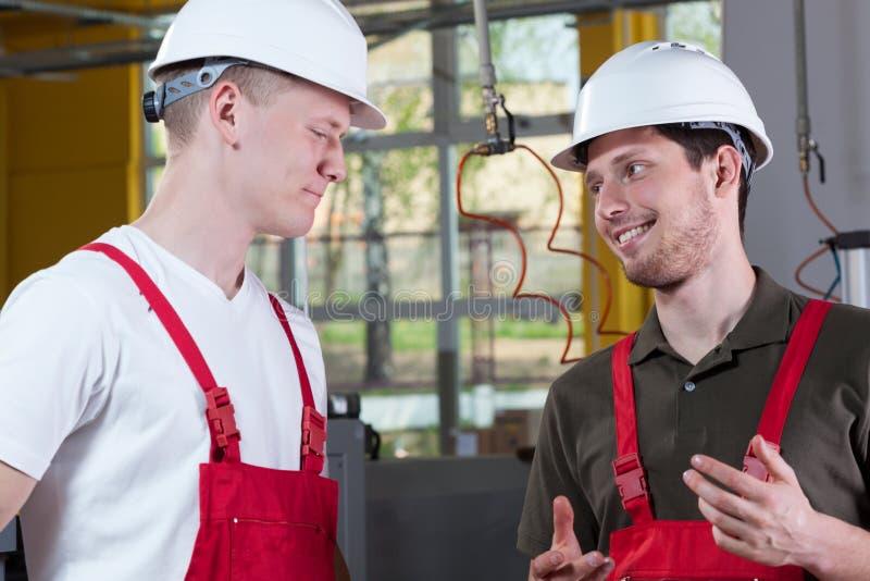 Collègues d'usine discutant pendant le travail photos libres de droits
