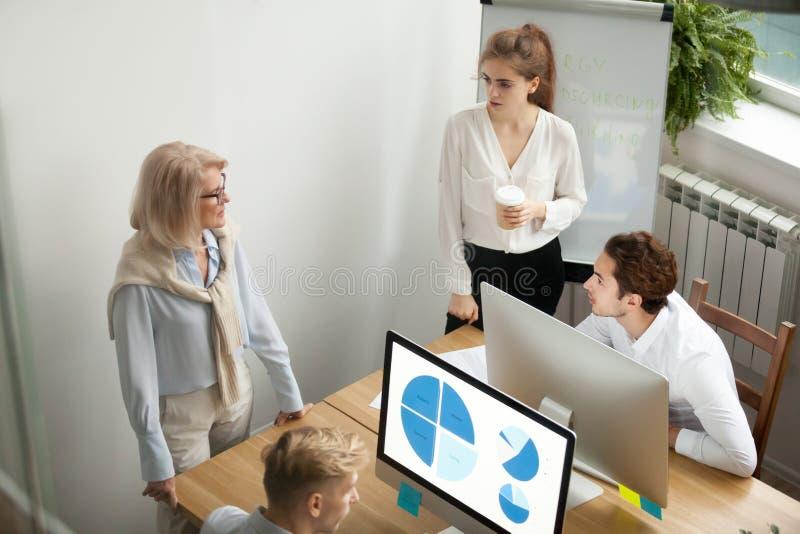 Collègues de personnes d'équipe de société parlant la séance de réflexion, collaborat images stock