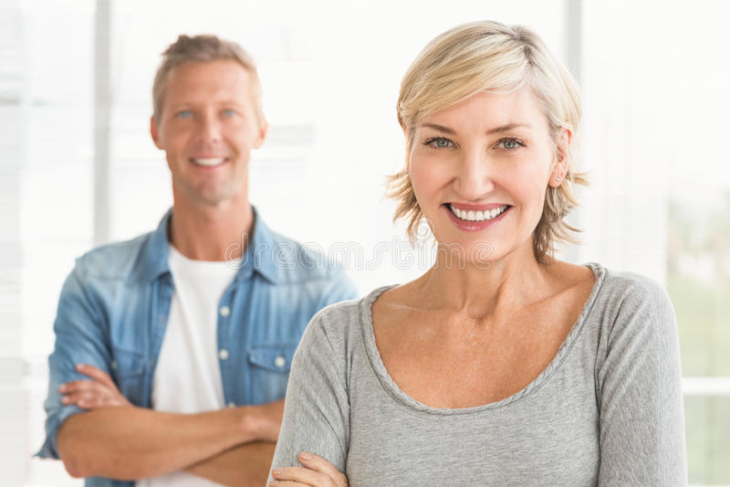 Collègues de sourire d'affaires regardant l'appareil-photo photos stock