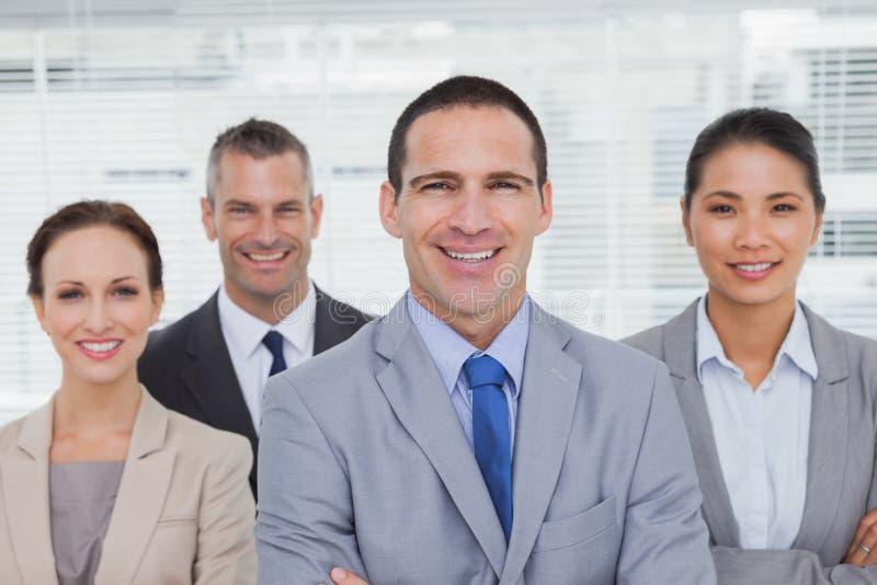 Collègues de sourire posant des bras de croisement image libre de droits
