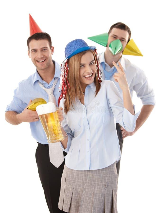 Collègues heureux ayant l'amusement de réception dans le bureau photos stock