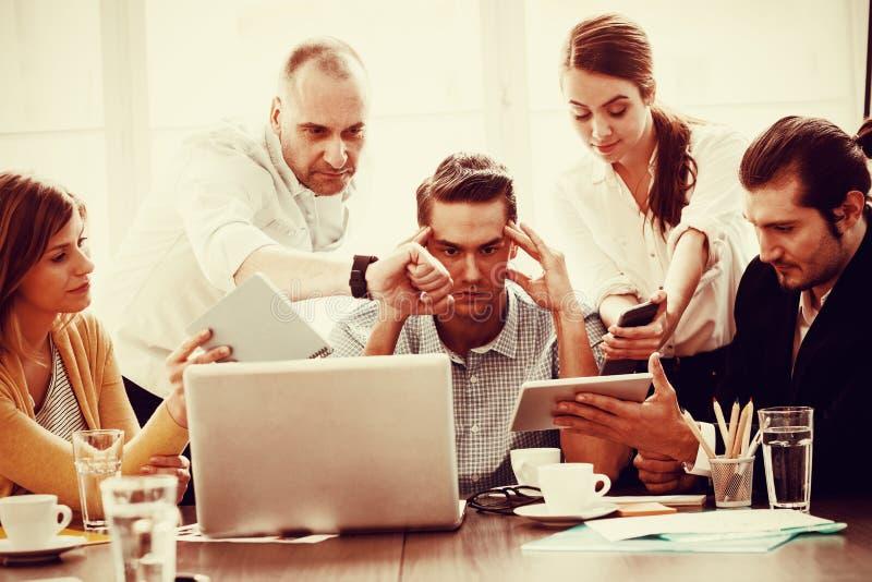 Collègues intermédiaires irrités d'homme d'affaires montrant des technologies images stock