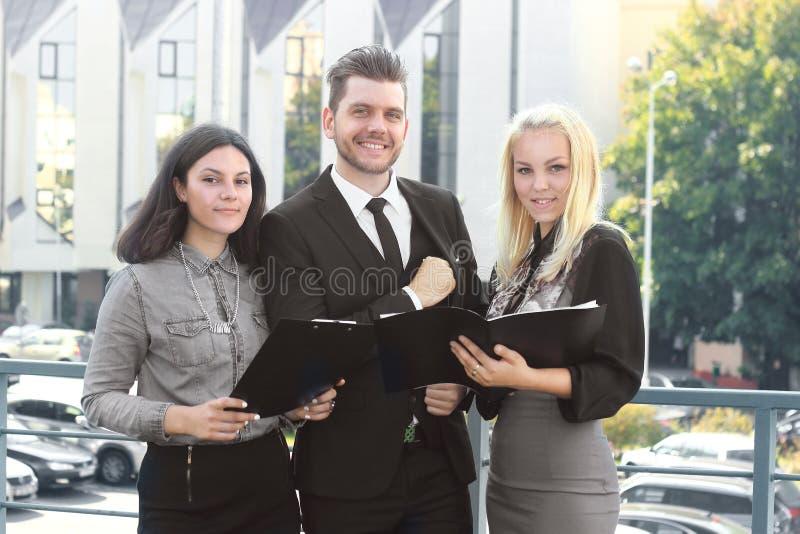 Collègues lisant des documents se tenant sur le balcon du bureau images stock