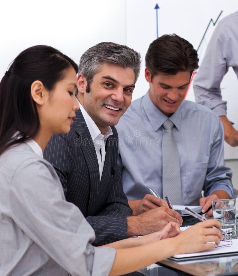 Collègues multi-ethniques d'affaires lors d'un contact photographie stock