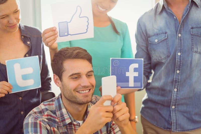 Collègues tenant le signe des réseaux sociaux célèbres images libres de droits