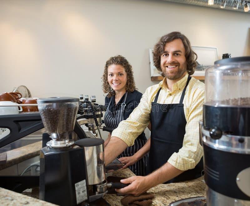 Collègues travaillant dans Coffeeshop photographie stock libre de droits