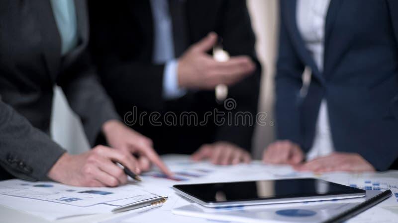 Collègues travaillant ensemble dans le bureau, présentation de rapport, coopération d'équipe images stock
