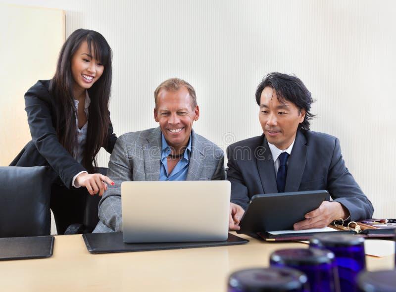 Collègues travaillant sur l'ordinateur portatif image libre de droits