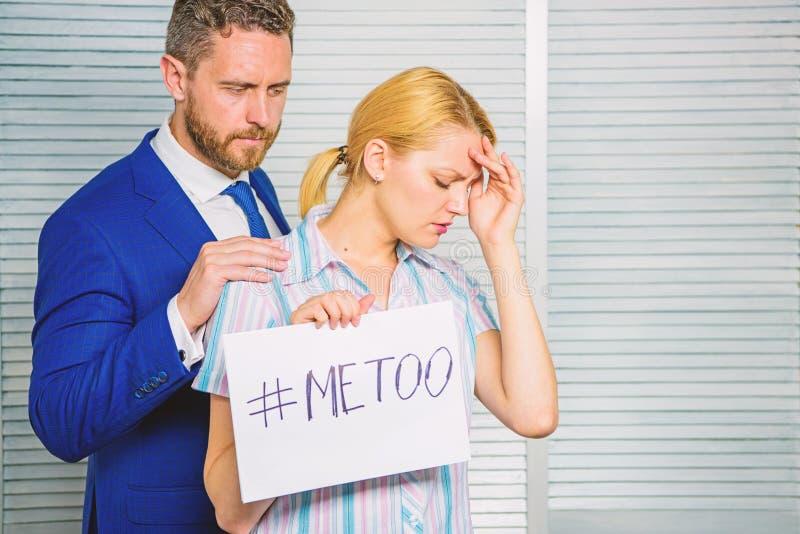 Coll?gue imitation de moment de hashtag d'affiche de prise de fille calme en bas de elle Assaut de victime sur le lieu de travail image stock