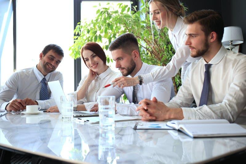 Coll?gues d'affaires discutant de nouvelles occasions Les gens et la technologie images stock