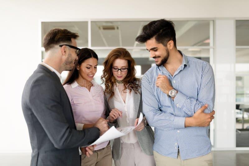 Collaborazione ed analisi dalla gente di affari che lavora nell'ufficio fotografia stock