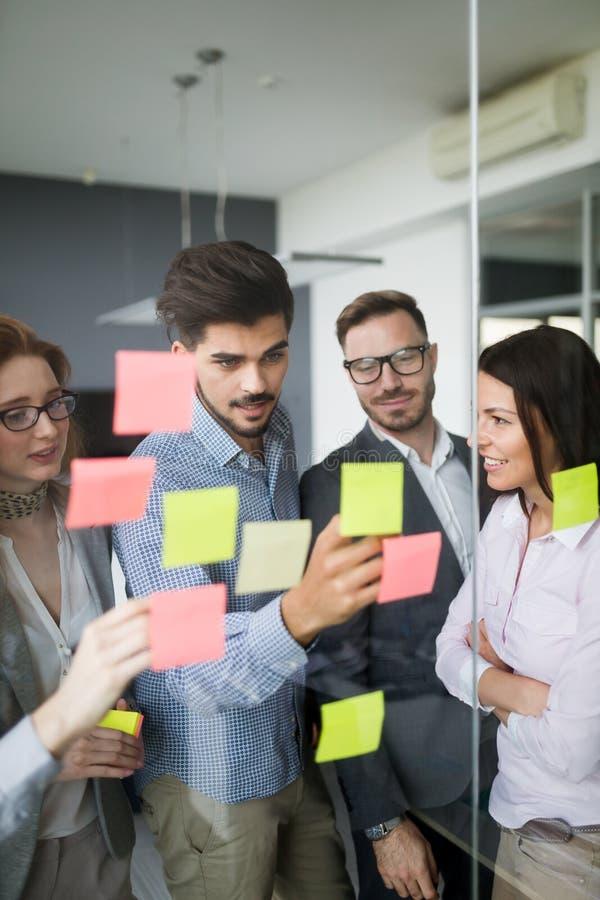 Collaborazione ed analisi dalla gente di affari che lavora nell'ufficio fotografie stock