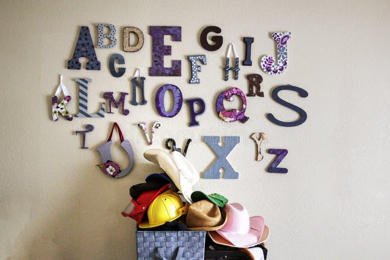 Collage av alfabetbokstäver på väggen av en lekrum arkivbild