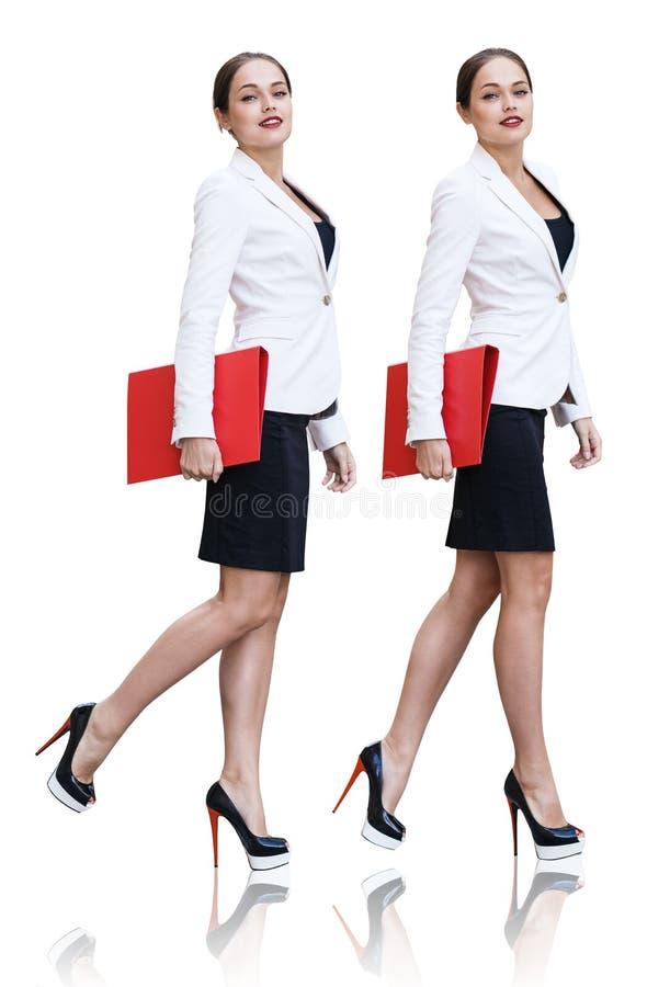 Collage av den fulla längdaffärskvinnan med den röda mappen i händer royaltyfri foto