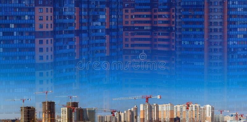 Collage av den stora konstruktionsplatsen inklusive flera kranar som arbetar p? ett byggnadskomplex, arbetare, konstruktionskuggh royaltyfri bild