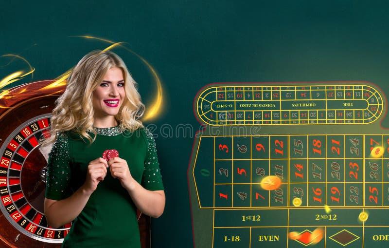 Collage av kasinot avbildar med rouletten och kvinnan med chiper i händer fotografering för bildbyråer