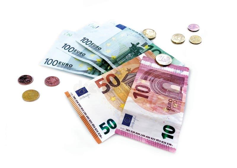 Collage av mynt och eurovalutasedlar på en vit bakgrund arkivbild