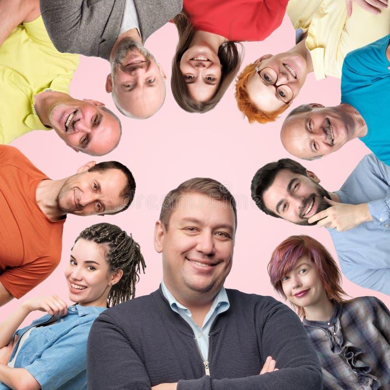 Collage av olika män och kvinnor som visar positiva sinnesrörelser som ler och skrattar arkivfoton