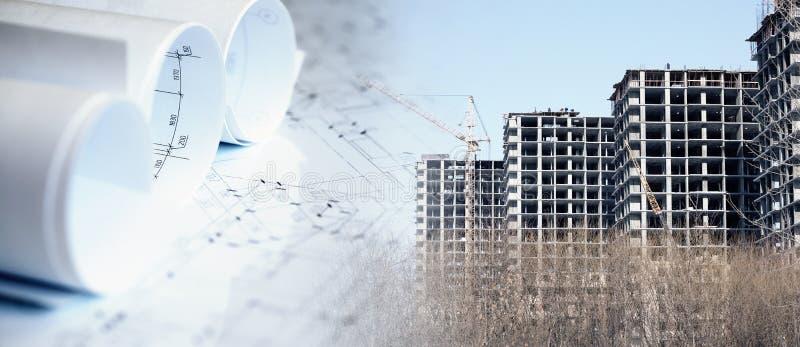 Collage con i piani della costruzione e una costruzione moderna fotografie stock libere da diritti
