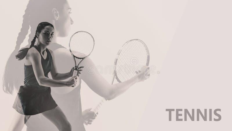 Collage creativo con la mujer joven que juega a tenis aislado en fondo del estudio fotos de archivo libres de regalías
