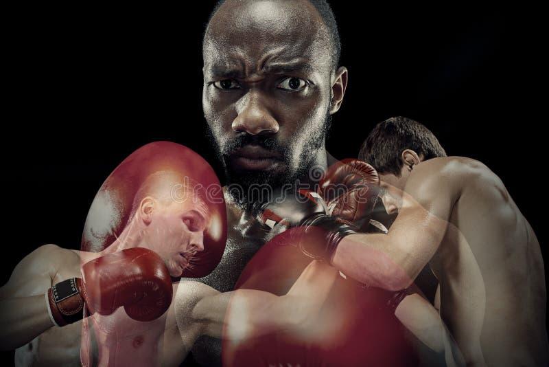 Collage creativo de boxeadores de sexo masculino aptos en fondo negro del estudio fotografía de archivo